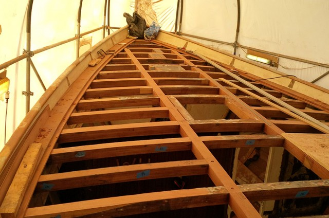 Confection d'une structure d'un pont en bois et pose de pont en teck